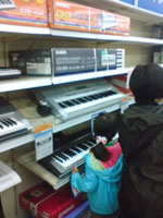 トイザらスのキーボード売り場にて