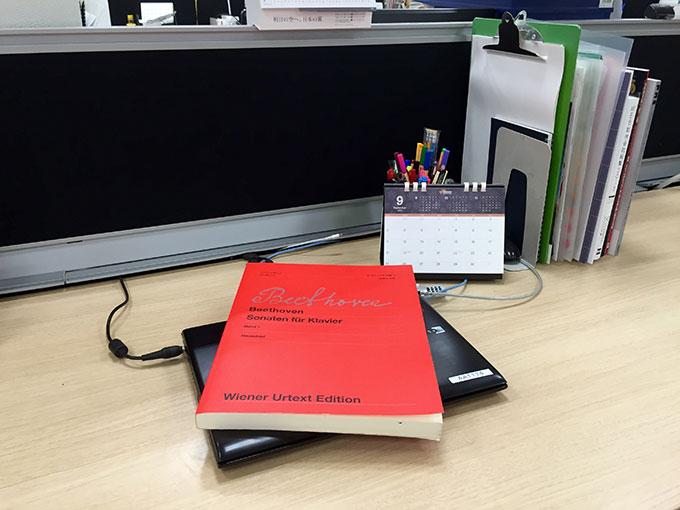 会社のデスクとウィーン原典版