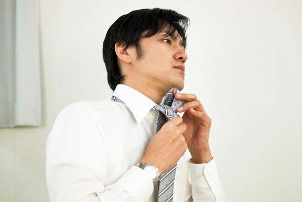 ネクタイを締める人