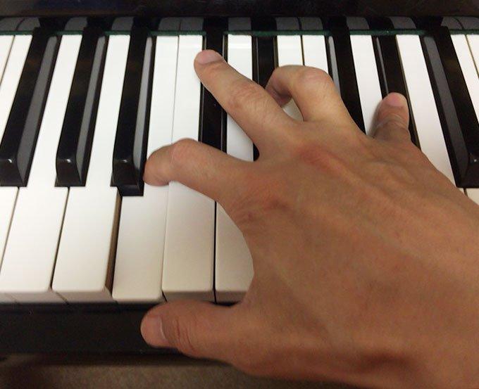 指と指の間を伸ばす