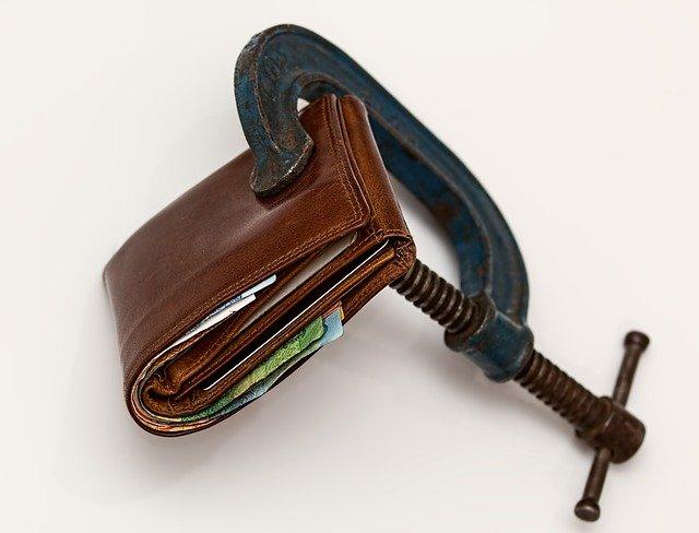 家計の支出を圧縮