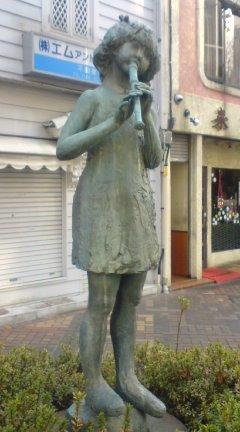 浦和、縦笛を吹く少女