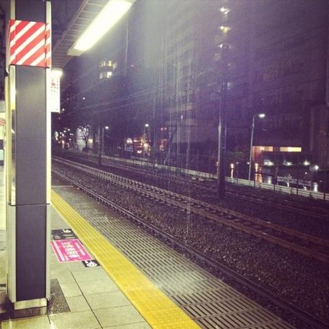 雨が降りしきる駅のホーム